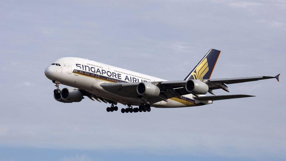 Singapore-Airlines-Flugzeug in der Luft.