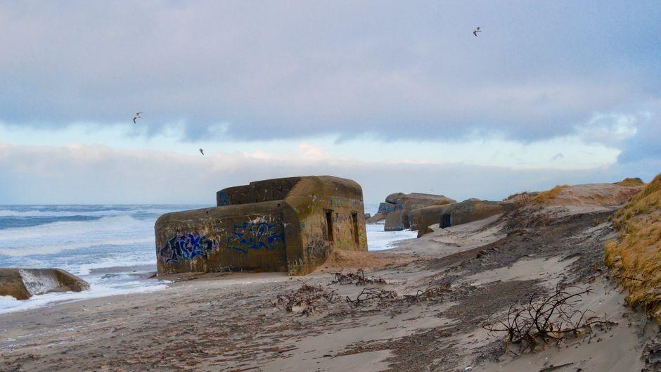 Bei einem Spaziergang am Houvig-Strand in Dänemark kannst du die Natur genießen und auch nebenbei noch ein bisschen Geschichte lernen.