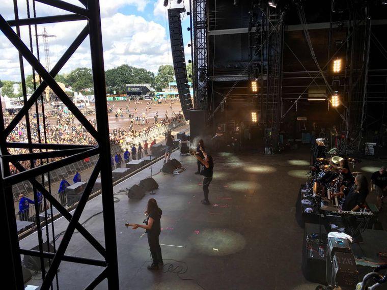 Musiker spielen beim Wacken Open Air 2016 vor tausenden Zuschauern.