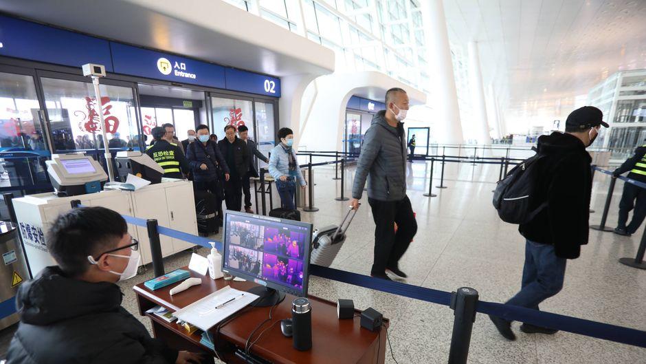 Am Flughafen in der chinesischen Provinz Wuhan finden wegen des Corona-Virus Exit-Screenings statt.