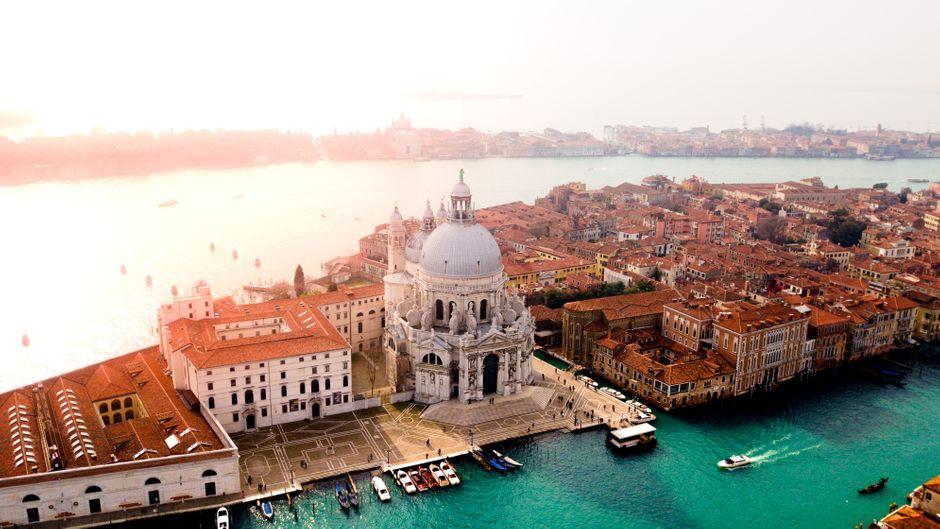 Drohnenfoto von der Lagunenstadt Venedig in Italien mit dem Markusdom.