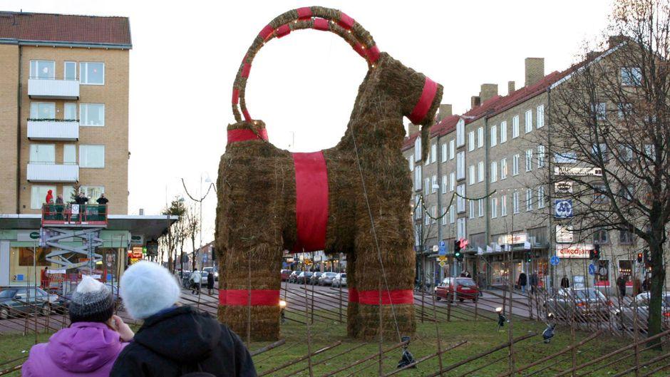 Ein Julbock steht als Dekoration in der Stadt Gävle in Schweden.