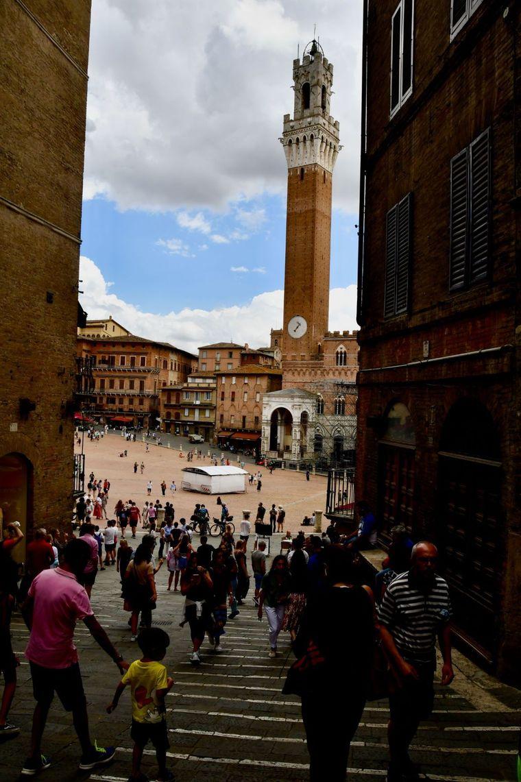 """Blick auf den Piazza del Compo in Siena, mit dem weithin sichtbaren """"Torre del Mangia""""."""