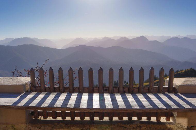 So schön: Der Ausblick von der Tegernseer Hütte mit Blick Richtung Rofan und Karwendel.