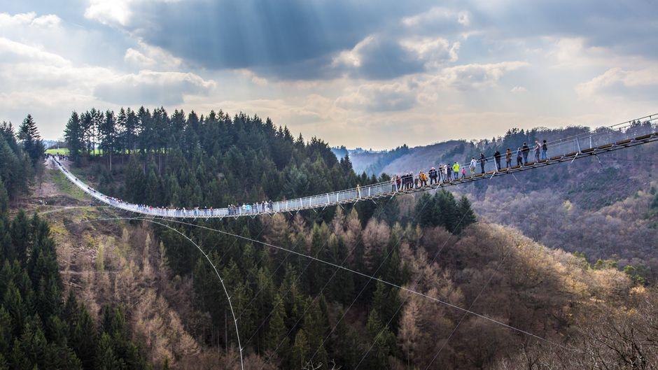 Die Hängeseilbrücke Geierlay, zwischen den Hunsrück Orten Mörsdorf und Rosberg, ist mit 360 Metern die längste Hängeseilbrücke in Deutschland, 100 Meter hoch über einem Bachtal.