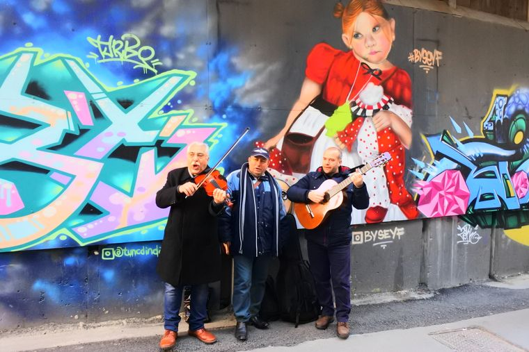 Straßenmusiker in Beyoğlu sorgen für Unterhaltung.