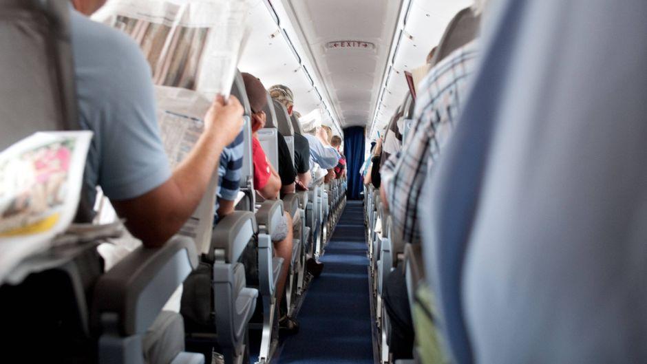 Blick durch den Gang in einem Flugzeug.