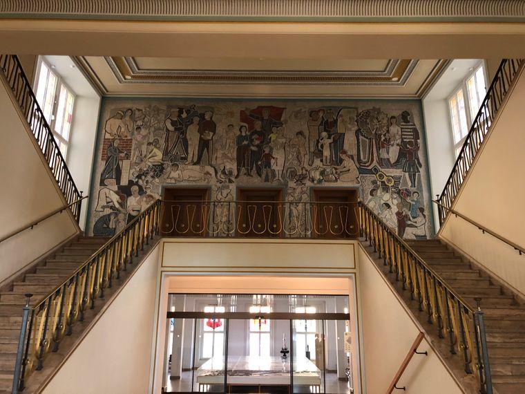 Das Rathaus von Eisenhüttenstadt ist auch von innen sehenswert – dank eines weiteren Wandmosaiks von Walecka.