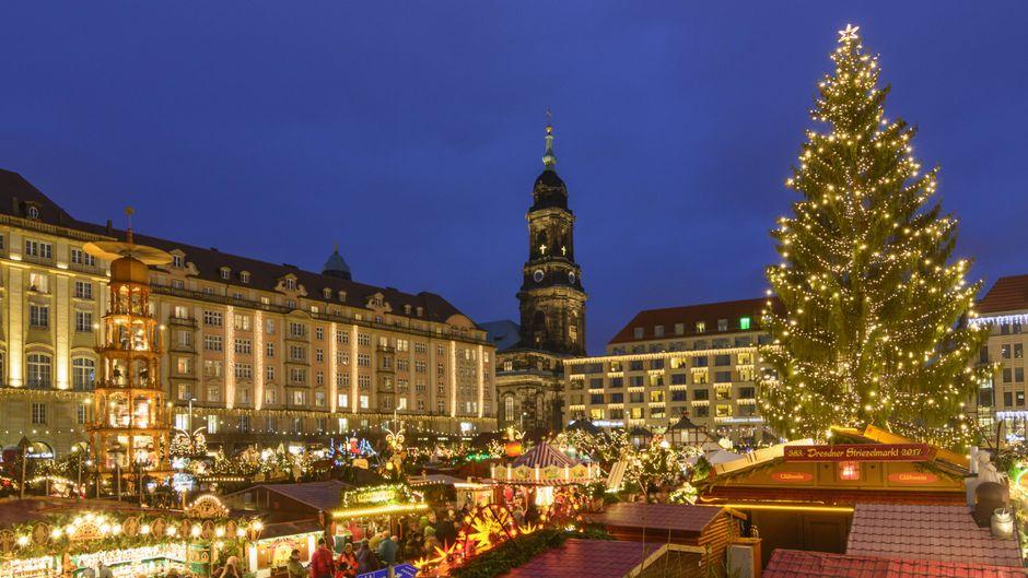 Auf dem Striezelmarkt in Dresden unbedingt probieren: Stollen und Kräppelchen.