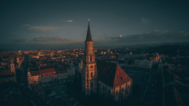 Blick auf die Altstadt von Cluj-Napoca, Rumänien, in der Abenddämmerung