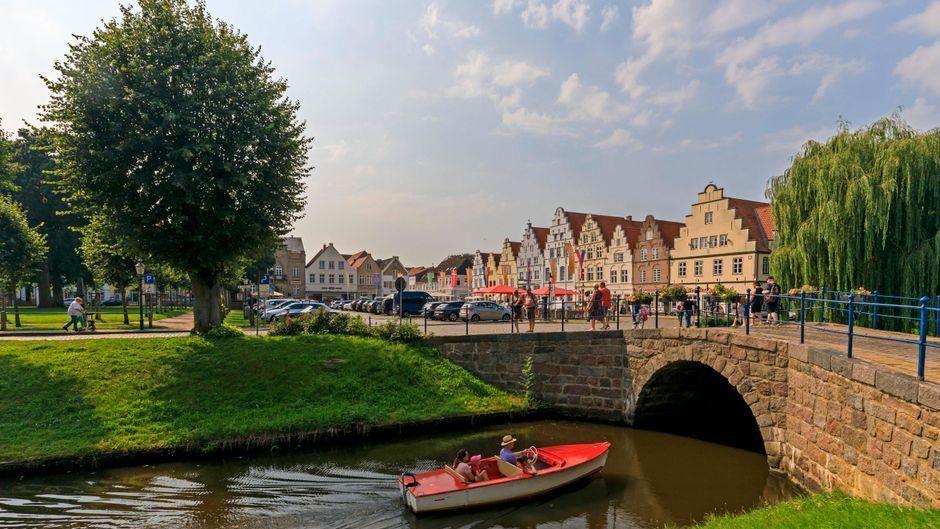 Wer Friedrichstadt in Schleswig-Holstein besucht, hat schnell das Gefühl eher in den Niederlanden zu sein – nicht nur wegen der Grachten.