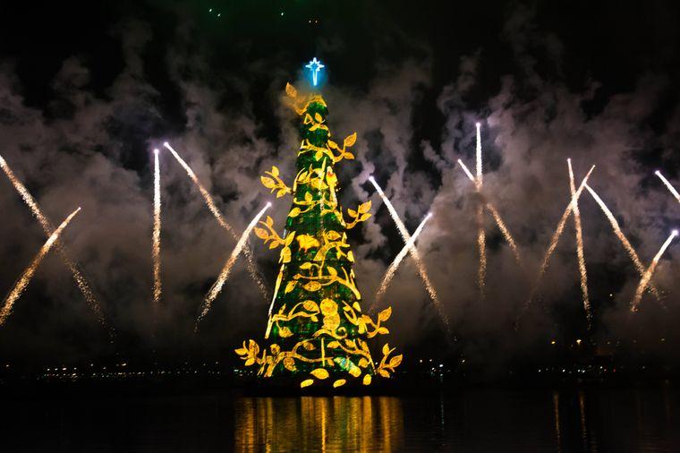 Die Einweihung des Tannenbaums wird mit Feuerwerken zelebriert.