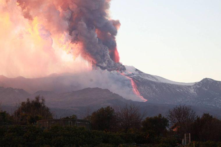Die Rauchwolke stieg mehr als einen Kilometer hoch über der sizilianischen Insel Catania auf.