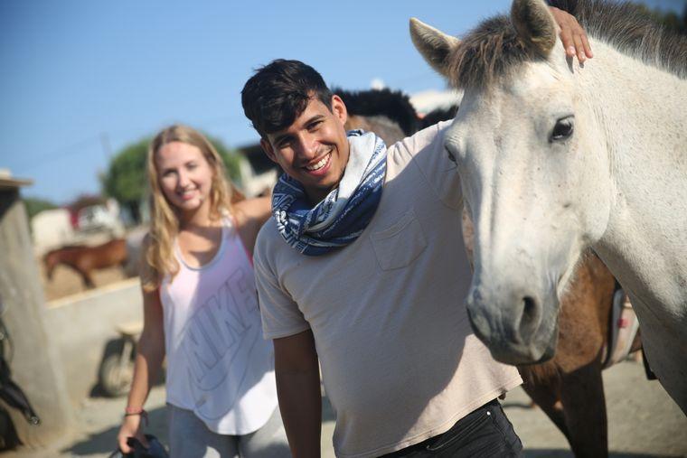 Ein Kindheitstraum von Carina ging auch in Erfüllung: Edu und Carina machen einen Ausritt auf Pferden.