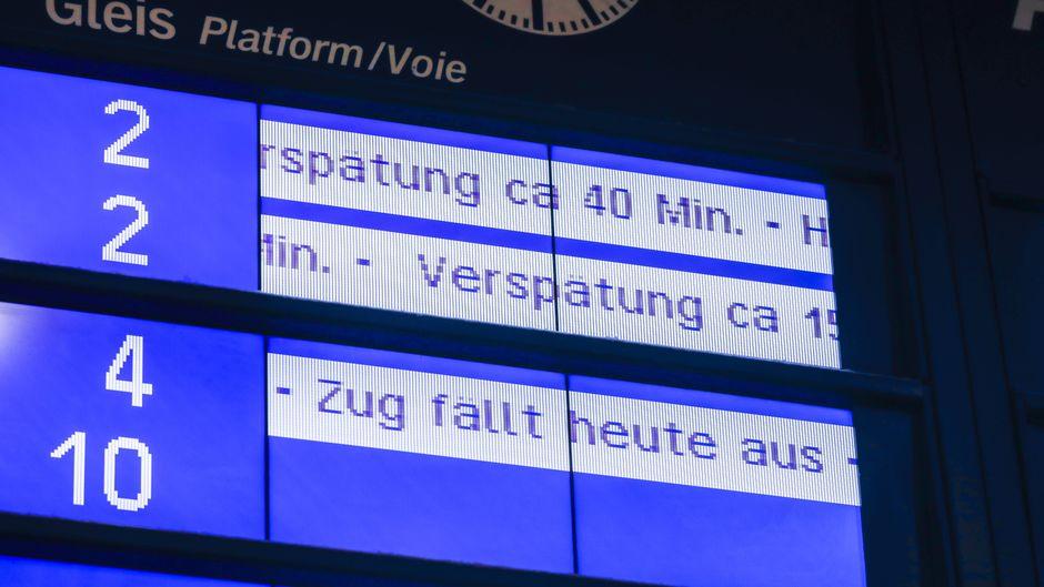 Um bei einer Verspätung der Bahn Geld zurückzubekommen, müssen Fahrgäste bisher ein ausgedrucktes Formular ausfüllen. (Symbolfoto)