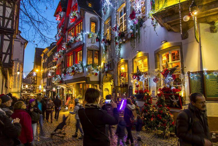 Straßburg gilt als Weihnachts-Hauptstadt. Viele Häuser sind übermäßig dekoriert.