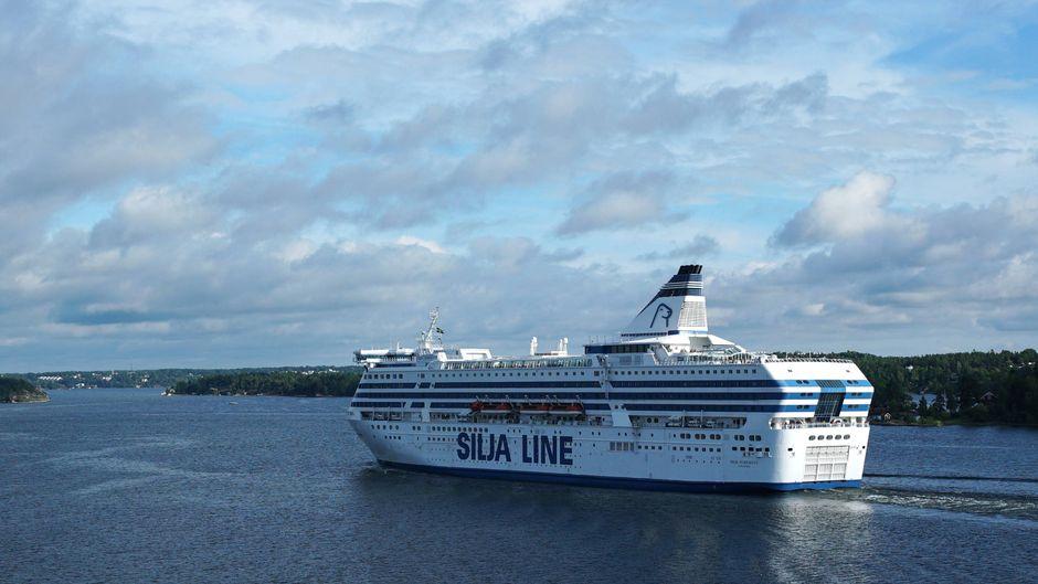 Ein Schiff von Silja Line im Schärengarten von Stockholm.