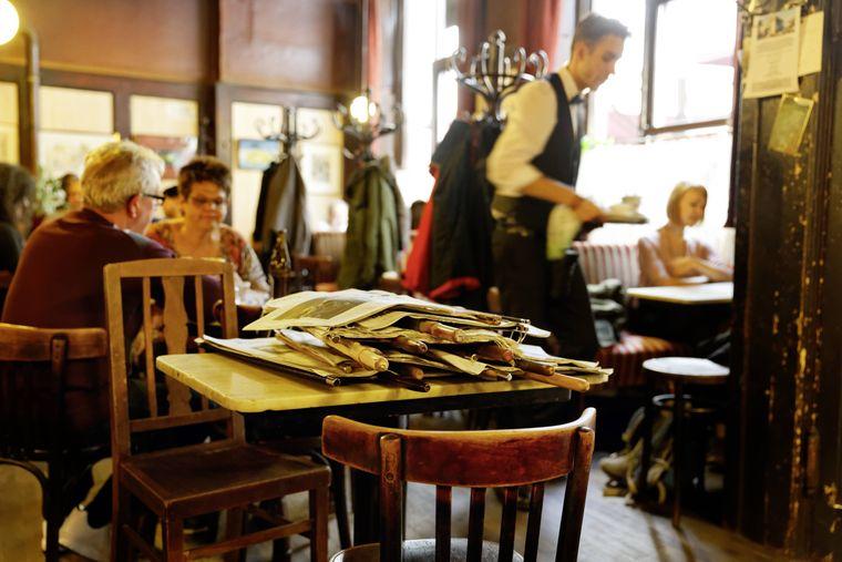 Im Café Hawelka liegen Zeitungen aus.
