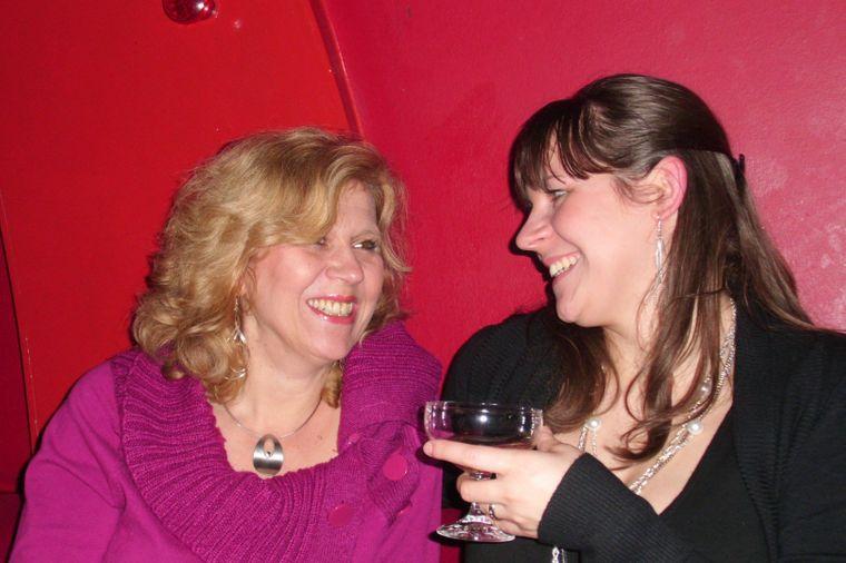 reisereporterin Miriam (rechts) mit ihrer Mama abends auf der Reeperbahn.