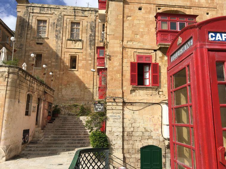 Rote Telefonzelle und die Bridge Bar in Valletta.