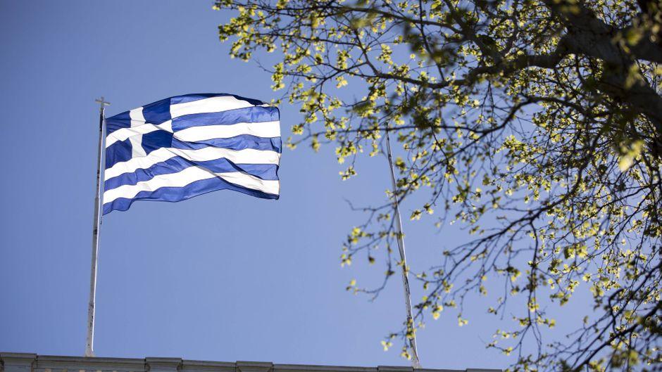 Eine griechische Fahne weht auf dem Dach des Praesidentenpalasts in Athen.