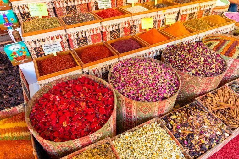 Auf dem Antalya Bazaar lernst du die Kultur des Landes hautnah kennen.