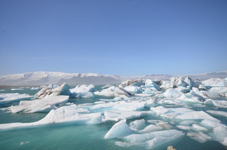 Das Eis auf der Gletscherlagune Jökulsárlón nahe dem Diamantstrand gehört zu den Naturschönheiten, die sonst viele Reisende anziehen.