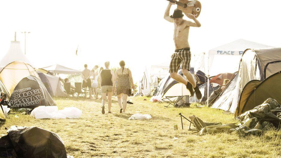 Erst auf dem Festival abrocken – so wie dieser junge Mann beim Roskilde – und danach ein Kurzurlaub. Der reisereporter verrät dir coole Tipps.