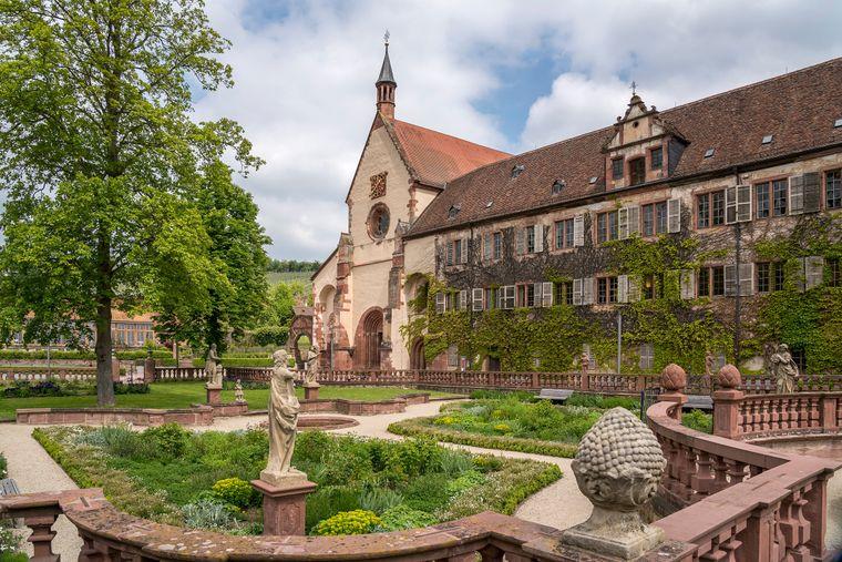 Der schöne Abteigarten von Kloster Bronnbach im Taubertal.