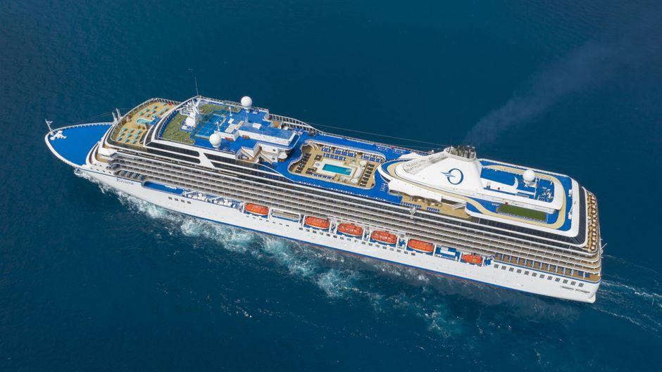 """Luftbild des Kreuzfahrtschiffs """"MS Riviera"""" am Cap Martin."""