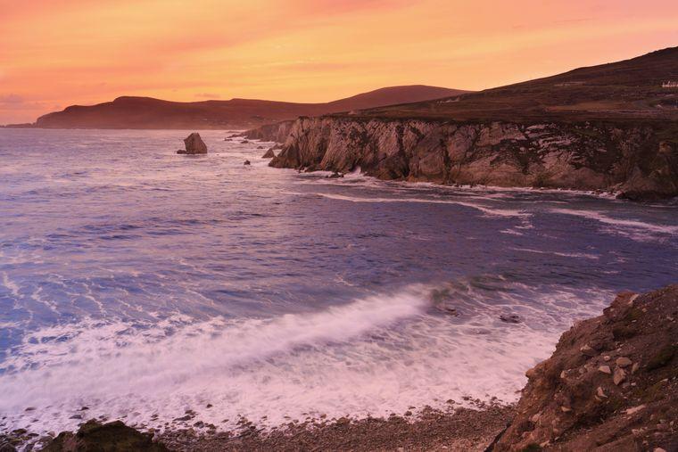 Ununterbrochen donnern die Wellen gegen die Klippen der Insel Achill.