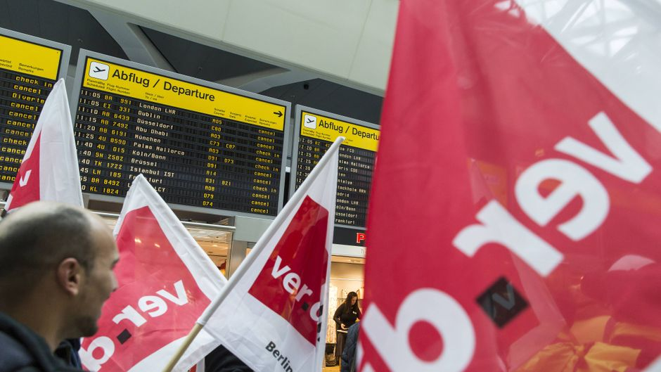 Verdi-Fahnen vor Abflugtafeln beim Streik des Bodenpersonals an den Flughäfen Berlin-Tegel und Berlin-Schönefeld.