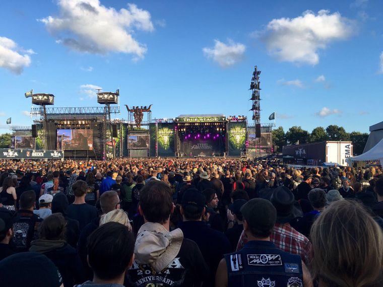 Gäste bei einem Konzert auf der True Stage beim Wacken-Festival 2016