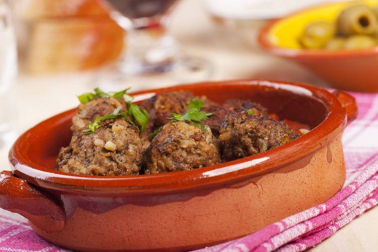 In einer der vielen Tapas-Bars von Granada kannst du zahlreiche Spezialitäten probieren - zum Beispiel Albondigas.