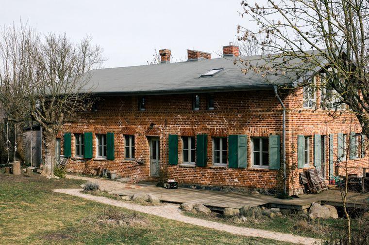 Von außen ländlich, innen stylish: das Landhaus Fredenwalde in der Uckermark.