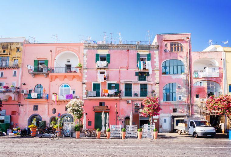 Kitsch pur, oder? Diese rosa getünchten Häuser stehen im Fischerdorf auf Procida.