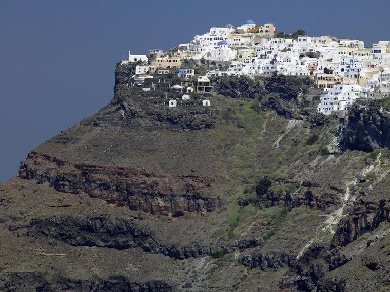 Gerade mal zwei Kilometer von der Hauptstadt Fira entfernt, liegt Imerovigli, der höchstgelegene Ort am Kraterrand von Santorini.