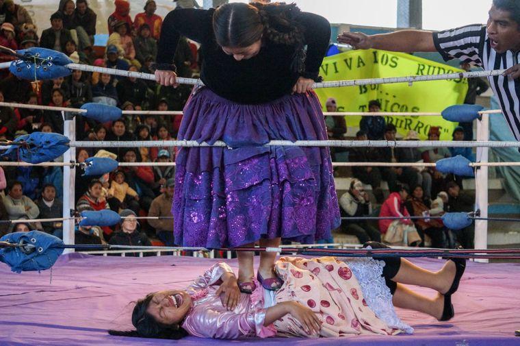 Beim Cholita-Wrestling in La Paz in Bolivien kämpfen die Frauen in traditionellen Outfits.