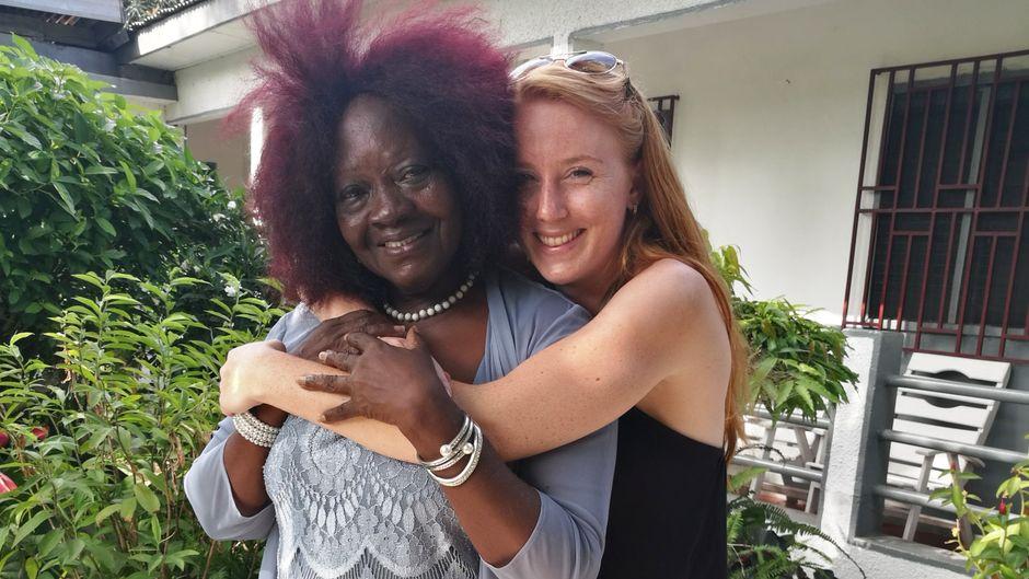 reisereporterin Maike mit ihrer Gastmutter Mama Mina.