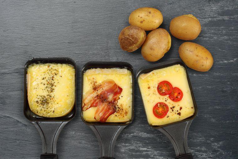 Nur Käse, Tomaten, Bacon und Kartoffeln? Von uns gibt's kreativere Rezeptideen fürs Raclette.