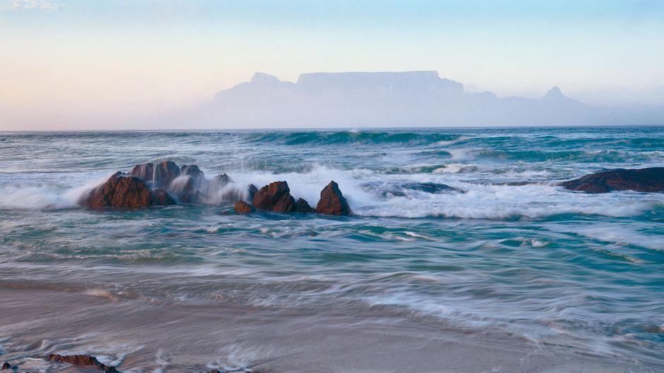 Den Blouberg-Strand am Westkap in Südafrika können Urlauber wohl erst im nächsten Jahr wieder besuchen.