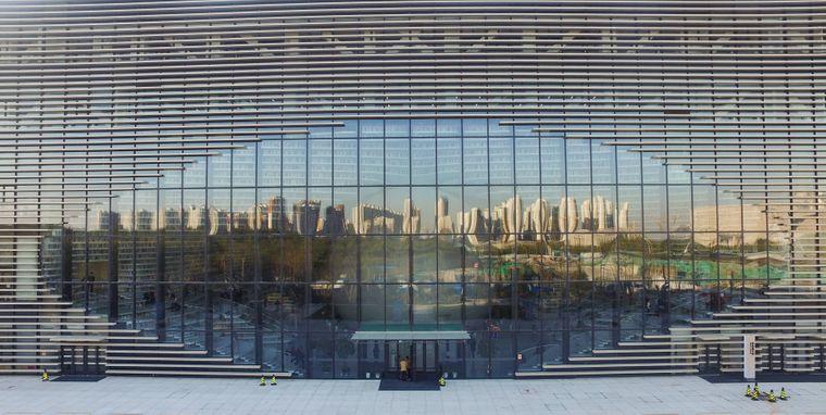 Die Skyline Binhais spiegelt sich in den Fenstern der Bibliothek wider.