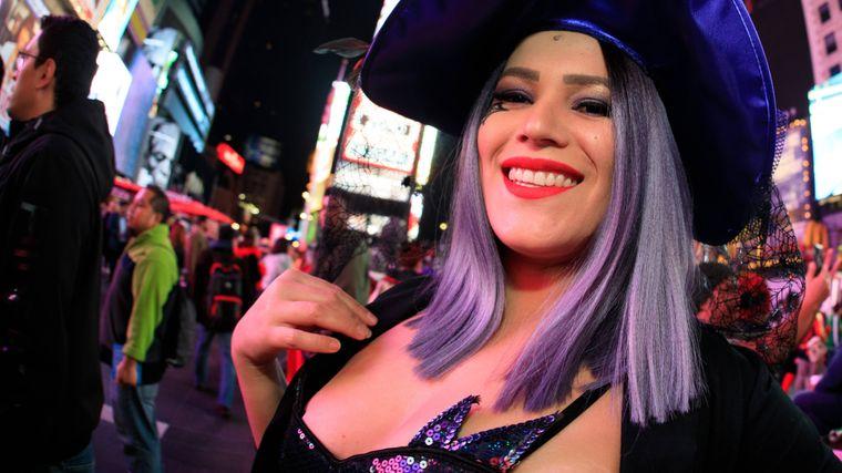 Eine Frau verkleidet als Hexe bei der New Yorker Halloween-Parade.