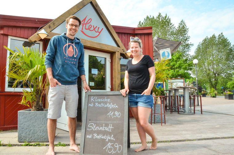 """Gäste vor dem """"Alexy"""" – das liegt neben dem Hafen Strande direkt am Strand."""