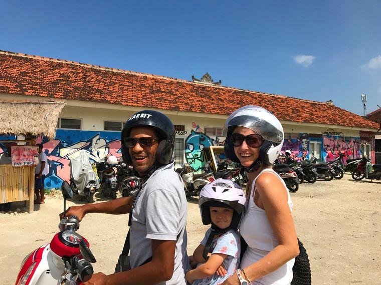 Roller fahren auf Bali – die drei Ewenkas genießen es.