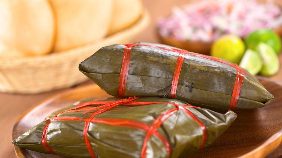 Traditionelles peruanisches Essen: Tamales werden aus Maismehl hergestellt und in Bananenblätter eingewickelt.