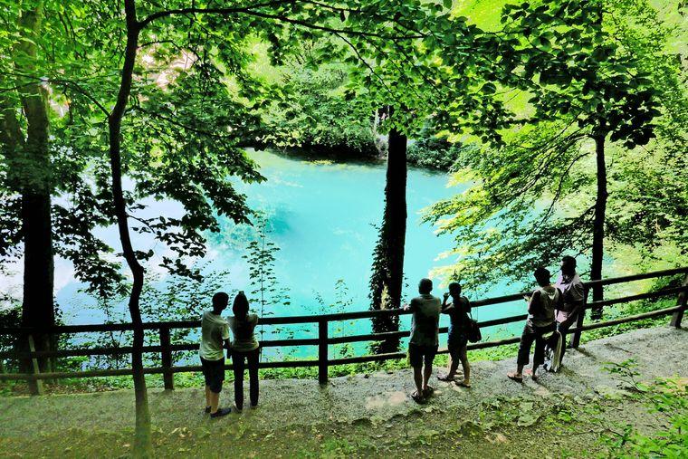 Der Blautopf ist ein See in Blaubeuren. Der Trichter des Blautopfs ist 21 Meter tief.
