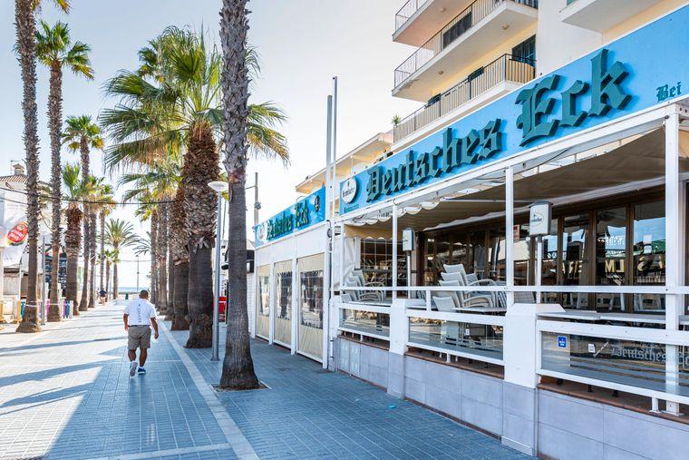 Die Lokalität Deutsches Eck in der sogenannten Bierstraße an der Playa de Palma nutzt ein Schlupfloch, um trotz Betriebsverbot zu öffnen.
