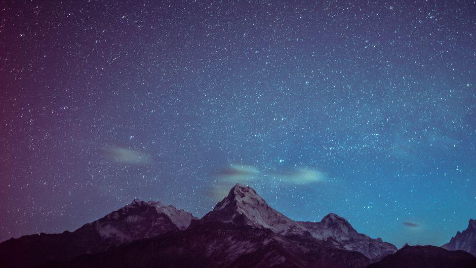 Der Sternenhimmel am frühen morgen über den Annapurna-Bergen in Nepal.