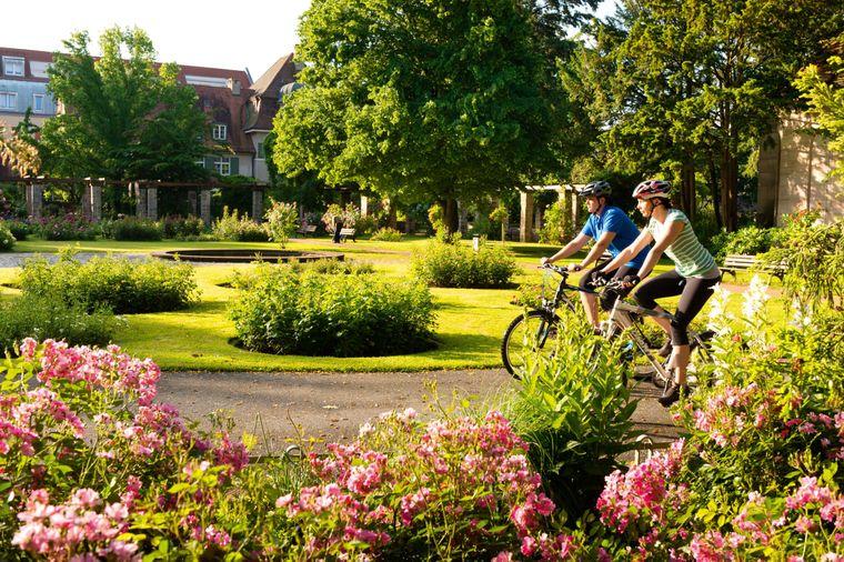 Mit dem Fahrrad durch den Rosengarten im Fürther Stadtpark.